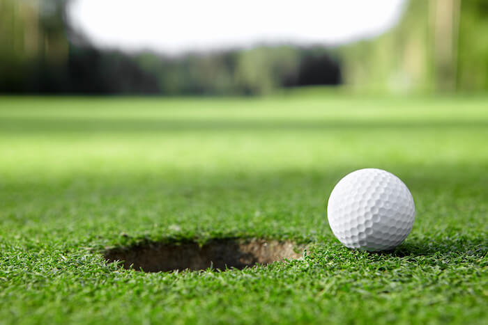 Лунка на гольф-поле на фото